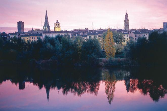 Casco Antiguo De Logroño Reflejado En El Río Ebro