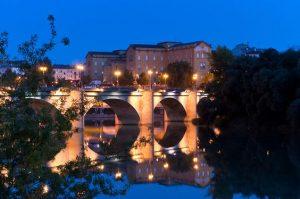 Puente de piedra de noche