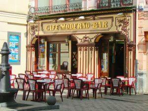 Puerta principal del Cafe Moderno