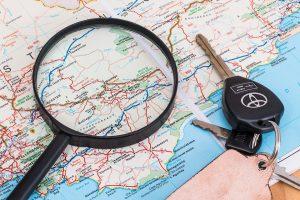 llaves junto a un mapa y una lupa
